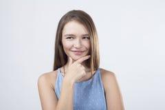 Sluw meisje in blauwe kleding royalty-vrije stock foto's