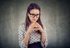 Sluwe jonge vrouw planningswraak stock fotografie