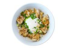 Slyle japonais en gros plan de nourriture, riz grillé de teriyaki de poulet avec l'oeuf au plat, d'isolement sur le fond blanc Photographie stock libre de droits