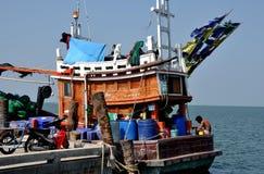 Smäll Saen, Thailand: Fiskebåt på den Sapan plommonpir Royaltyfri Bild