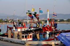 Smäll Saen, Thailand: Fisketrålare på pir Arkivfoto