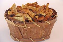 Smällare av bröd i en korg Arkivbild