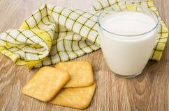 Smällare exponeringsglas av mjölkar och den rutiga servetten på tabellen Royaltyfri Fotografi
