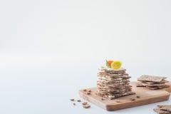 Smällare för frasigt bröd för råg som svenska staplas i form av kakan i lager med mjuk ost, körsbärsröda tomater och rosmarin, på Royaltyfria Foton