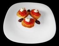 Smällare med isolerade tomaten, fetaost och oliv Royaltyfri Bild
