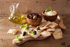 Smällare med mjuk ost och oliv ny grated sund tomat för aptitretareost Royaltyfri Fotografi