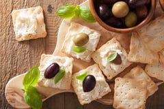 Smällare med mjuk ost och oliv ny grated sund tomat för aptitretareost royaltyfri bild