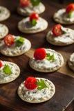 Smällare och ost Hors D'oeuvres Royaltyfria Bilder