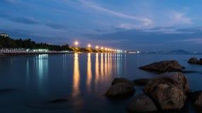 SmällSaen strand på natten Royaltyfri Bild