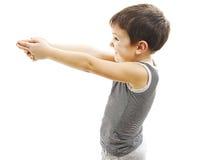 Smällsmäll Pojke som pekar i kopieringsutrymmet med vapengest Arkivfoton