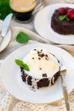 Smält fondant för chokladkaka med vaniljglass för efterrätt arkivbilder