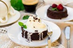 Smält fondant för chokladkaka med vaniljglass för efterrätt royaltyfri bild