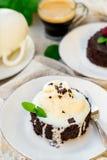 Smält fondant för chokladkaka med vaniljglass för efterrätt royaltyfria foton