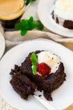 Smält fondant för chokladkaka med vaniljglass för efterrätt arkivbild