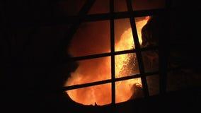 Smält metall som hälls till den industriella kitteln smält hällande stål arkivfilmer