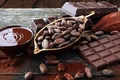 Smältande choklad eller smältt choklad och chokladvirvel bunt och pulver royaltyfria foton