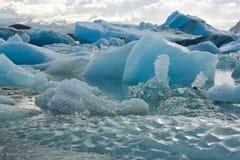 Smältande isberg kalvade av från en glaciär i Icel Royaltyfri Bild