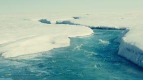Smältande isberg och en vattenfall arkivfilmer