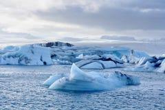Smältande isberg på den Jokulsarlon lagun, Island Arkivbild