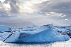 Smältande isberg på den Jokulsarlon lagun, Island Royaltyfria Bilder