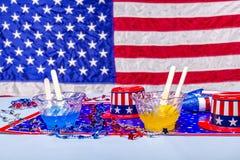 Smältande isglassar på patriotisk bakgrund Arkivfoto