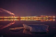 Smältande isisflak i golfstaden av Murmansk Royaltyfri Bild