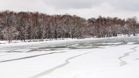 Smältande isyttersida av den djupfrysta floden Royaltyfria Bilder
