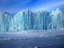 Smältande is och blå himmel arkivfoton