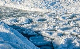 Smältande runda isisflak som svävar i kanal Arkivbilder