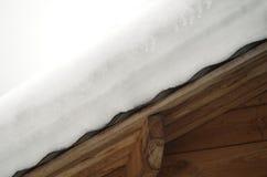 Smältande snö på på trätaket Arkivbilder