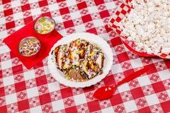Smältande vaniljglass på picknicktabellen Arkivbilder