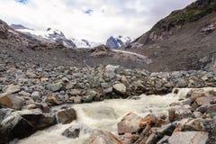 Smältande vatten av den Morteratsch glaciären i den Rhaetian fjällängnen Royaltyfri Fotografi