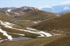 Smältande vatten i Gran Sasso highmountains, Italien arkivbilder
