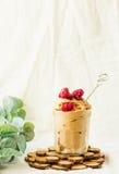 Smälter rå glass för strikt vegetarianchokladbananen med hallon Spac Royaltyfria Bilder