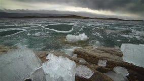 Smältning av is på sjön stock video