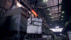 Smältning av vätskemetall i behållaren, behållare, behållare på den metallurgical växten lager videofilmer