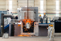 Smältning i en metallurgical växt Spill för smält metall arkivbild