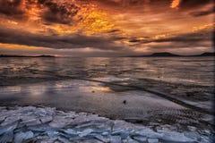 Smältning på sjön på den tidiga aftonen Arkivbild