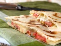 Smältt ost- och tomatCaprese smörgås Arkivbilder