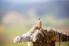 Smältt stearinljus på den wood polen Royaltyfri Fotografi