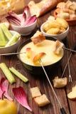 smältt stycke för brödost fondue arkivbilder