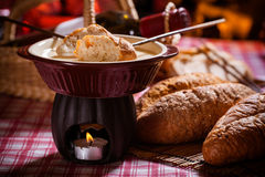 smältt stycke för brödost fondue Royaltyfria Bilder