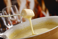 smältt stycke för brödost fondue Arkivfoton