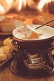 smältt stycke för brödost fondue Arkivfoto