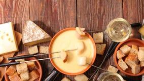 smältt stycke för brödost fondue royaltyfria foton