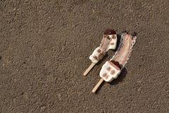 Smältta glassar på jordningen arkivbild