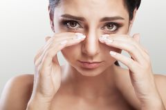 smärta Ögon smärtar härligt olyckligt kvinnalidande från starka Ey royaltyfria bilder