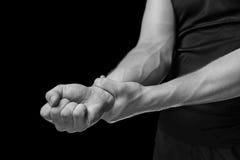 Smärta i en manlig handled, monokrom bild arkivbild