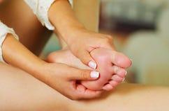 Smärta i foten, auto massage av kvinnlig fot Royaltyfria Foton