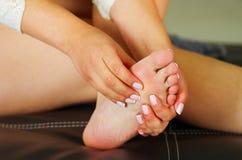 Smärta i foten, auto massage av kvinnlig fot Royaltyfria Bilder